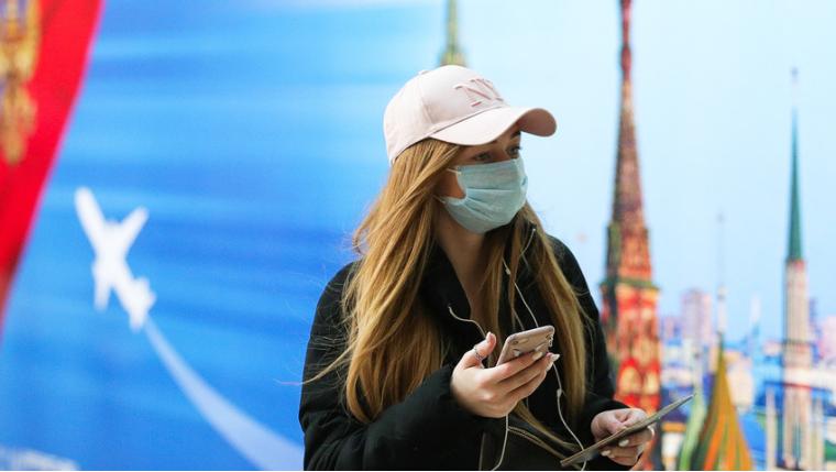 Ragazza con mascherina Coronavirus in Russia TASS